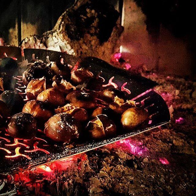Prove tecniche d'inverno!🌰🌰🔥 #castagne#castagnehomemade#bionda#partita#divano#copertina#caminetto#braci#caldarroste#ingegnodelsabato#caloredellalegna#caldarrostechebontà#instafood#tipicitàinverali#incasasistabene#foodporn#instalike  Yummery - best recipes. Follow Us! #foodporn