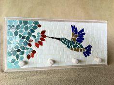 Cabideiro em mdf pintado, com mosaico feito em pastilhas de vidro. Ideal para organizar bolsas, roupas, capas de chuvas, toalhas... <br> <br>Tamanho: 24 cm de largura x 16 cm de comprimento