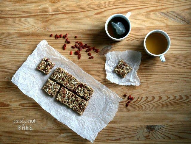 Sticky nut bars met dadels en superbessen | Yellow lemon tree