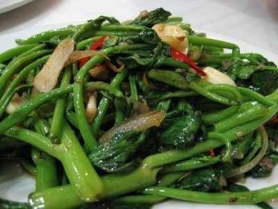Tumis Kangkung - Simak panduan cara membuat atau memasak bumbu masakan cah dari resep tumis kangkung terasi saus tiram seafood teri balacan paling enak, pedas dan sederhana.