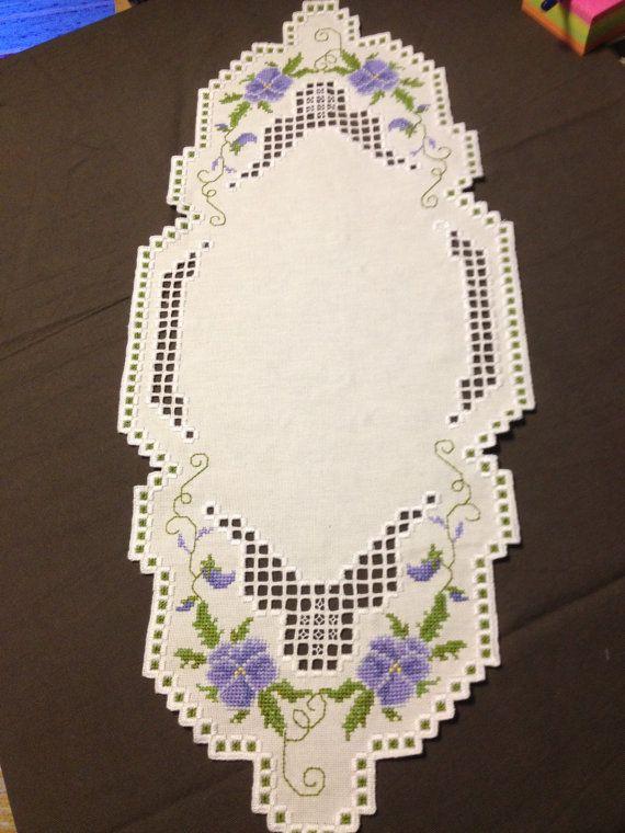 Camino de mesa con Hardanger bordado de lino en blanco y morado. Muy bien hecho, según la tradición escandinava. Fabricado en Suecia. Éste se hace a