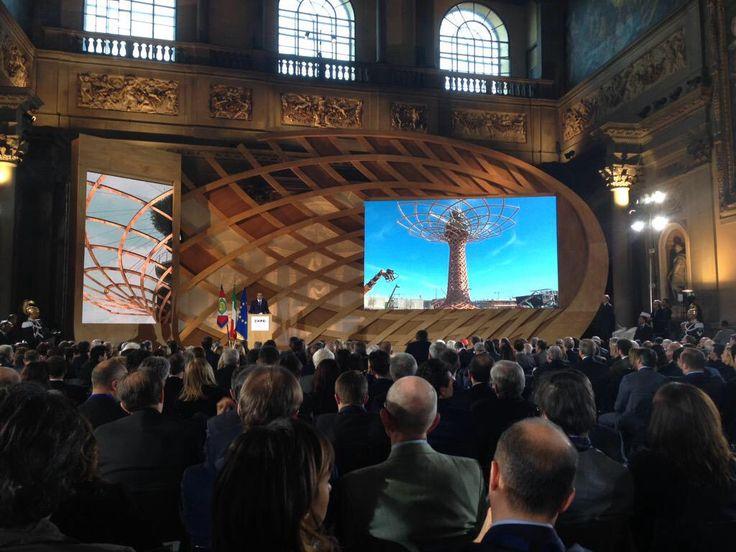 l' #alberodellavita irrompe in Palazzo Vecchio per #Italia2015 #raiexpo #expoidee #expo2015 #italia #worldfair #firenze