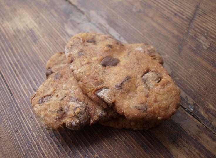 biscuits ptit dej - http://www.lasupersuperette.com/ - – 70 g de farine complète – 50 g de farine de seigle – 25 g de farine blanche – 30 g de flocons d'avoine – 50 g de sucre – 75 g de beurre – 2 cuil. à soupe de miel – 1 cuil. à soupe de lait – 1 cuil. à soupe de sucre vanillé – 100 g de chocolat noir