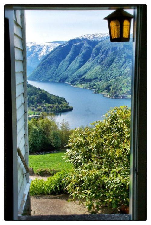Fjord View, Hardangerfjord, Norway. E oggi invece guardo fuori e… niente, come al solito.