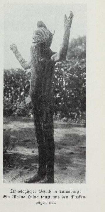 Ethnologischer Besuch in Luluaburg: Ein Moëna Lulna tanzt uns den Mastenreigen vor.  Im Schatten des Kongostaates  Leo Frobenius Berlin: Verlag von Georg Reimer, 1907.