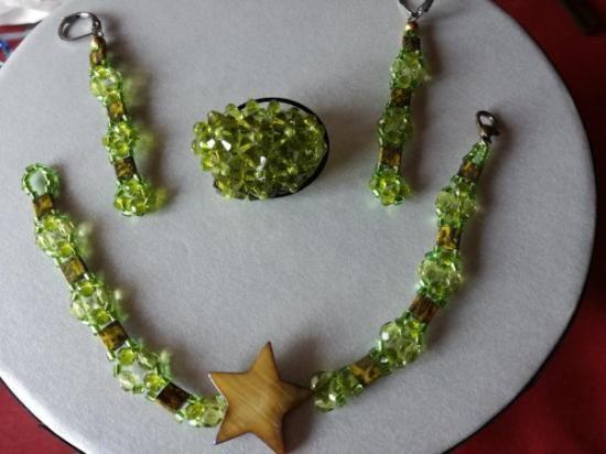 Espectacular conjunto hecho de cristales de Swarovski en verde oliva. Se puede comprar por separado. Anillo de 9 flores 20€ Anillo de 6 flores 18€ Anillo de 3 flores 15€, Pulsera 30€ Pendientes 10€ y puedes elegir entre otros modelos que hay en la web.Joyas hechas a mano.60€ https://lixsenda.wixsite.com/creacioneslixsenda