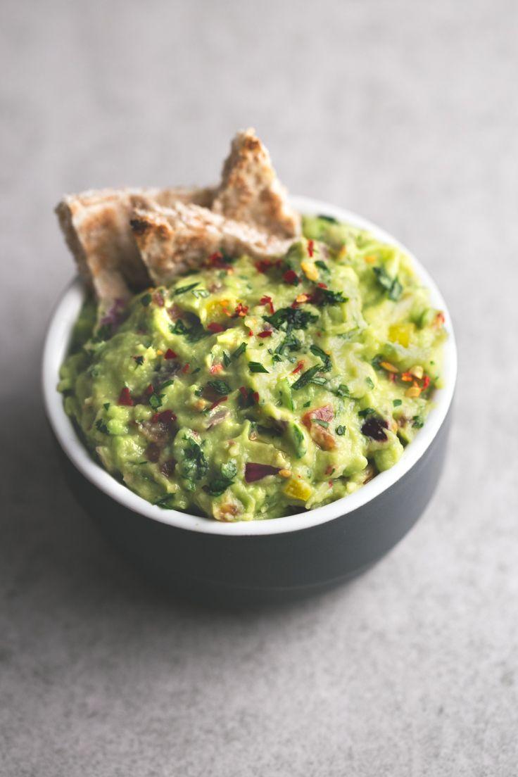 Hacer guacamole es muy fácil, económico y es más sano. Se prepara en menos de 10 minutos y se puede usar como dip o para preparar muchas recetas.