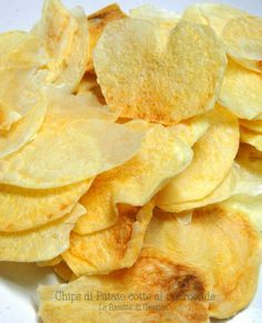 1 ingrediente: le patate. Un microonde e 8 minuti del vostro tempo per ottenere delle chips di patatine uguali a quelle comprate. Senza olio, quindi light - 1 ingredient: potatoes. A microwave and 8 minutes of your time to get the potato chips the same as those you buy. Without oil.