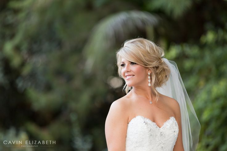 Beautiful bride with her stunning veil, blonde bride with an up-do and diamond dropped earrings, sweetheart neckline wedding dress. Green Gables Estate Wedding Venue | San Diego, CA. Bridal portrait in Southern California. Happy bride, Cavin Elizabeth Photography