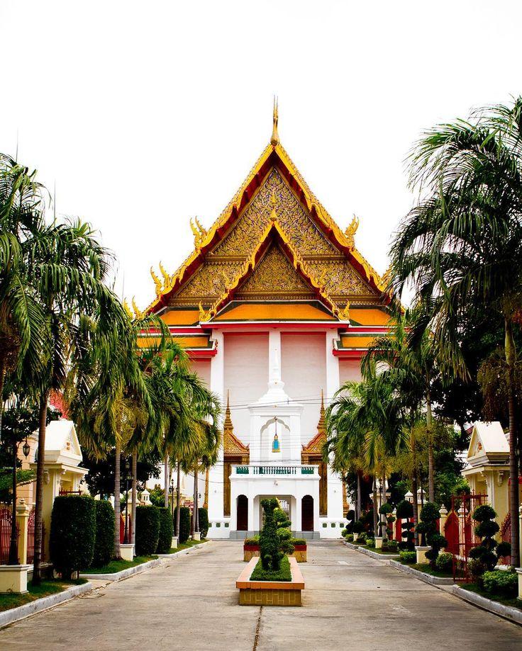 Tayland'da 45bin civarında tapınak olduğu biliniyor. Bunlardan 500 tanesi Bangkok'da yer alıyor. Bangkok'un ortasından geçen nehir Chao Phraya şehri ikiye bölüyor. Nehrin sol yakası Thonburi tarafında bulunan Wat Kalayanamit ve yine aynı yakada bulunan Wat Arun Bangkok'un en önemli tapınaklarındandır. #uzaklaryakin #thailand #tayland  #bangkok #watkalayanamitr #temple #buddha #buddhism #citylife #gecehayati #travel #gezi #photography #photooftheday #photographers_tr #fotograf #asia #citylife…