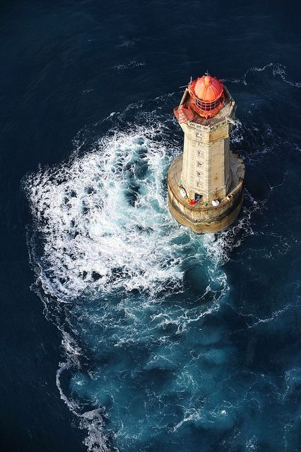 Une vue du ciel sur un phare à Ouessant en Bretagne. La bretagne est connue pour sa beauté, proche de l'océan elle recèle de paysages magnifiques comme celui-ci. #Ouessant #Bretagne