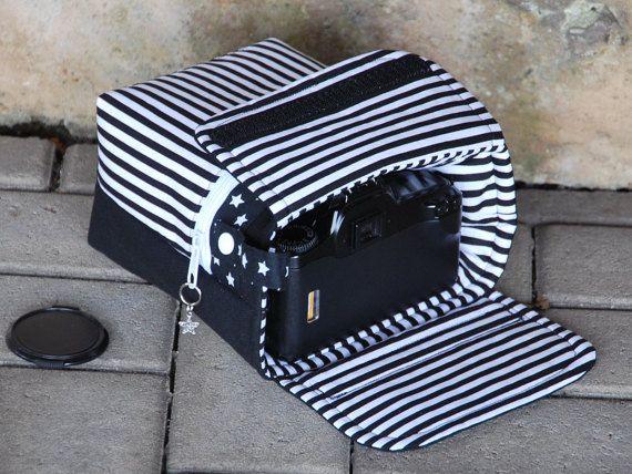 Schöne Tasche für die digitale Spiegelreflexkamera, passend für die meisten DSLR-Kameras . Sie bietet guten Schutz gegen leichte Stöße und Kratzer ; und lässt sich wunderbar in jeder Umhängetasche verstauen oder mit dem Kameragurt tragen . Sie wird mit einer Lasche mit Klettverschluss verschlossen . An der Seite befindet sich eine Schlaufe mit einem KamSnap , zum Befestigen des Kameragurtes . Zusätzlich befindet sich noch eine kleine Tasche mit Reißverschluß im Frontbereich , evtl. fürs…