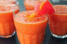 Esta es la bebida de la salud y la belleza. Con los ingredientes como la toronja –o el pomelo–, conocida como antioxidante y por sus fuertes propiedades antibacterianas, rica en vitamina C y también contiene vitaminas A, B, D, E y calcio, fósforo, magnesio, manganeso, zinc, cobre y hierro.\r\n[ad]\r\nIngredientes:\r\n- Una toronja grande y madura\r\n- Una cucharada de miel\r\nCorta latoronja (o el pomelo)por la mitad, es preferible queestéfría (de la nevera) y quita la pulpa con una…