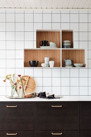 ShowOff är vår öppna hyllförvaring som går att använda till mycket.  Ballingslövs kökslucka Bistro i färgen ask brunbets. Ett brunt kök i modern tappning. | Ballingslöv