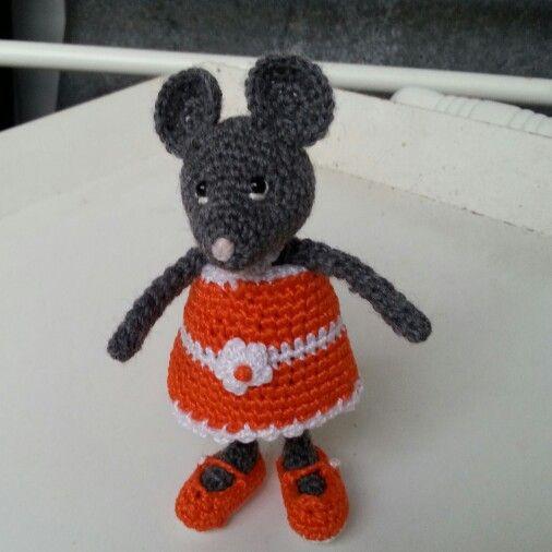 Hæklet mus efter opskrift fra Pysselboa. Tøjet er eget design.