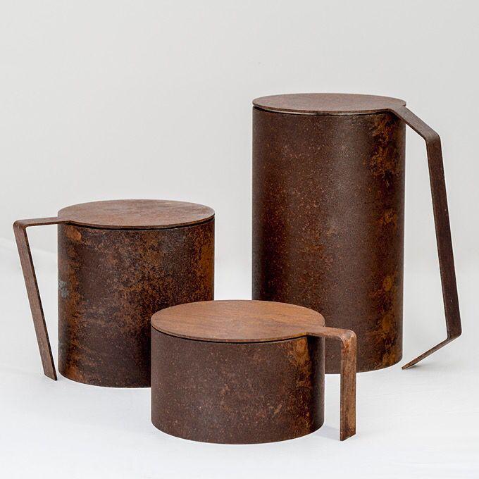 """MINOTTI sceglie Incontri  """"Tre contenitori scultorei evidenziano la capacità del metallo e della sua lavorazione di adattarsi ad interpretazioni emotive, percettive e visive. Semplici cilindri entrano in contatto con coperchi dotati di manici sagomati, adattabili alle varie forme e dimensioni, si incontrano fisicamente e matericamente in un gioco di percezione mutevole"""""""