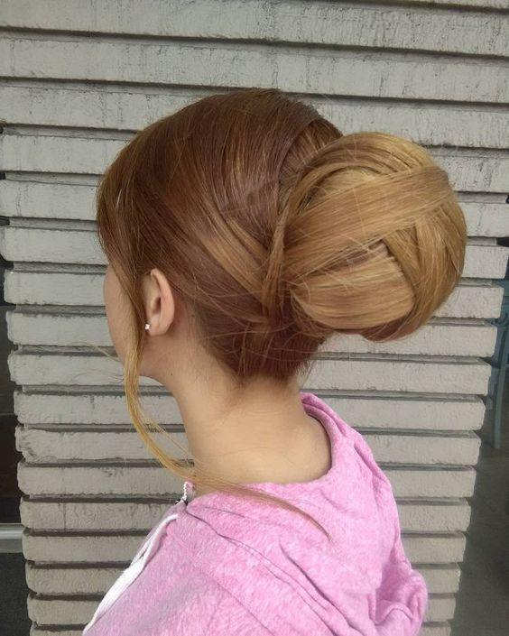 chignon boule a l'arrière   Chignon rond, Cheveux long, Coiffures pour les cheveux longs