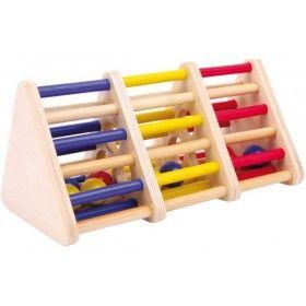 Rafinovaná drevená hračka cibrí trpezlivosť s návykovým potenciálom. Rôznofarebné guľôčky musia byť pomocou trasenia, otáčania a preklápania dopravené do vhodného farebného políčka.
