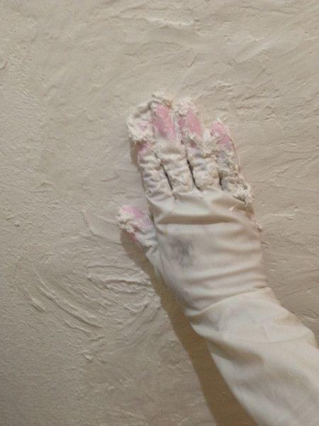 壁の塗替え等。漆喰で塗る場合  漆喰を掴んで塗っていきます    漆喰を掴んで塗っていきます  面白いほど泥遊びのように伸びていきます。  ひたすらゴム手袋で上に下に右に左に滑らせて漆喰を伸ばしていきます。塗りにくいなと思ったら、少し水を足してみるとうまくいきます。乾いてくると漆喰がパサパサしてくるので水を足して練るとまた元通り塗りやすくなります。      古はゴム手袋なんてなかったから、↑こんな手法は思いつきもしなかったろうな。繊細な感触がわかる手で漆喰を塗るのは、この方法なら初心者でもやりやすいかも。