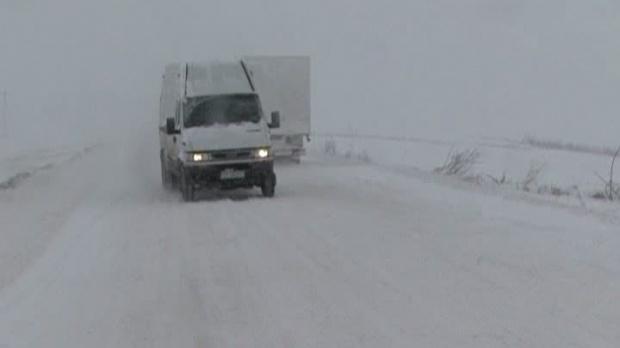 Zeci de drumuri naţionale, judeţene şi comunale din judeţul Vaslui sunt închise circulaţiei.    Mai multe drumuri naţionale şi judeţene din Vaslui sunt închise circulaţiei din cauza ninsorii şi a viscolului. Autorităţile au instituit baraje pe şosele şi niciun şofer nu este lăsat să se aventureze pe drumurile acoperite cu zăpadă.