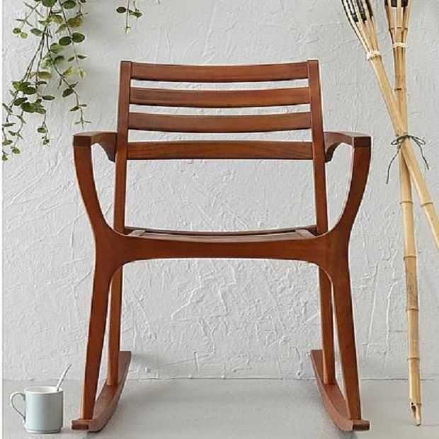 Een stoel waarvan de poten op een gebogen onderstel rusten, waardoor je ermee heen en weer kunt bewegen. Hier de allermooiste schommelstoelen om in weg te dromen.