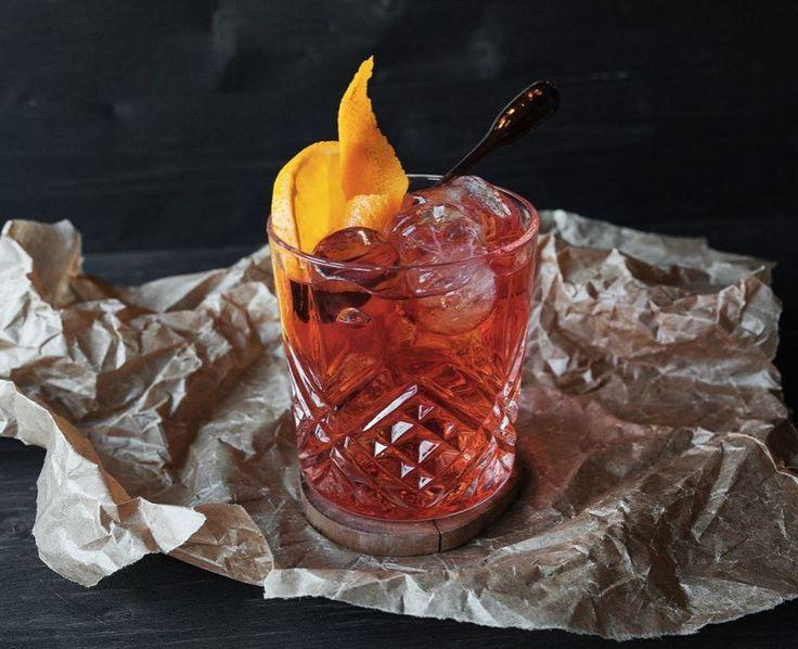 """На фото один из моих любимых коктейлей - """"Негрони/Negroni"""". Крепкая основа составляет Сухой Лондонский Джин, следом сладкий красный вермут и в завершении биттер кампари и слайс/цедра апельсина Низкий тебе поклон граф де Негрони"""