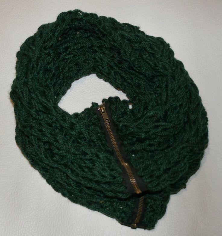 gola com fecho eclair em verde escuro com tranças triplas