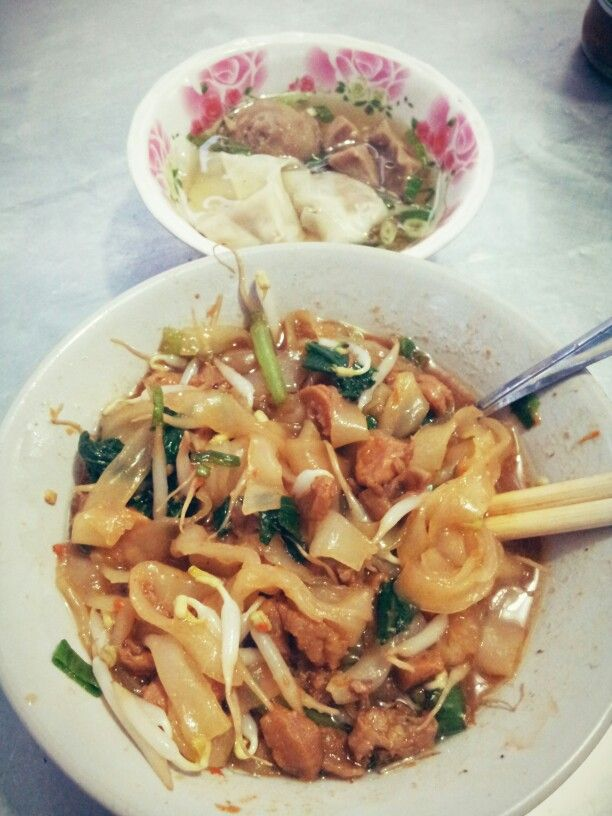 Kwetiau ayam pangsit bakso indonesian food