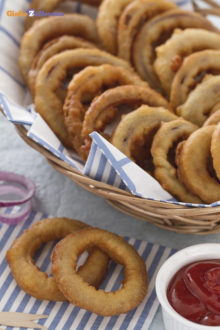 Gli ANELLI DI CIPOLLA IN PASTELLA (battered onion rings) formano una pietanza rustica e stuzzicante per un aperitivo in compagnia! #ricetta #GialloZafferano #italianfood #italianrecipe