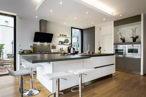 Une cuisine contemporaine avec un îlot à l'épure magistrale réalisée par le magasin Arthur Bonnet de Tours.