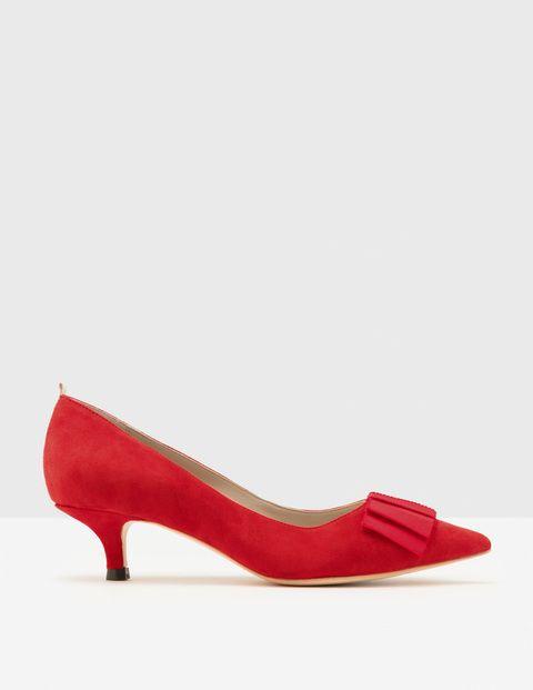 Elegante Schuhe mit Pfennigabsatz, die uns ein wenig größer wirken lassen. Das klassische Modell zeigt sich verspielt mit modischer Ripsbandschleife, während die spitze Zehenpartie für ein schickes Gesamtbild sorgt.