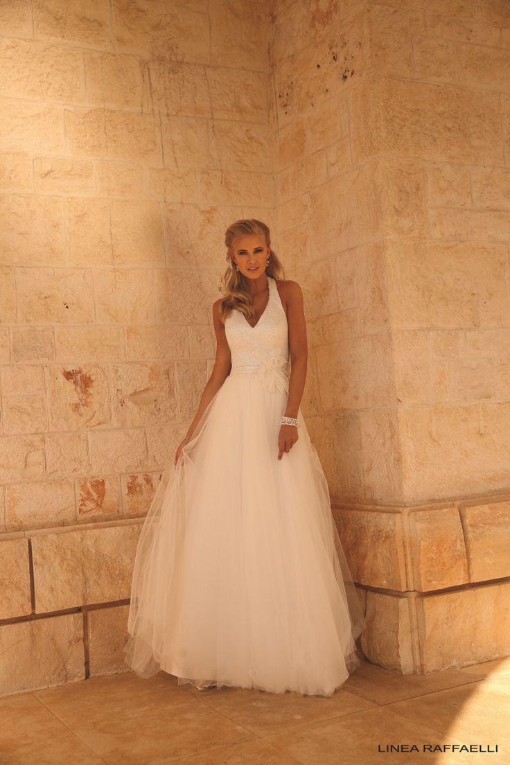 Linea Raffaelli b17-set-036, collectie 2017 Dress 170-158-01 Glamour en stijlvol deze A-lijn trouwjurk. Schitterend zoals het eenvoudige lijfje door de glitter pailletjes een bling bling uitstraling krijgt. De tule rok met glanzende band en bloem geven een extra toegevoegde waarde.