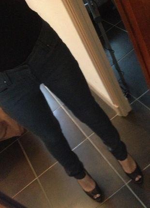 A vendre sur #vintedfrance ! http://www.vinted.fr/mode-femmes/pantalons-skinny/18934416-pantalon-guess-gris-taille-29