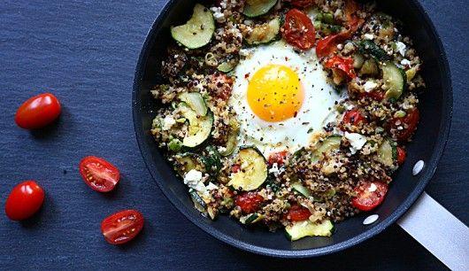 : Diese fixe Quinoa-Pfanne sieht nicht nur gut aus, sie ist auch gut für Ihre Muskeln: Langkettige Carbs aus Quinoa und Gemüse versorgen Sie mit Power fürs Workout und und hochwertiges Eiweiß hilft bei der anschließenden Regeneration
