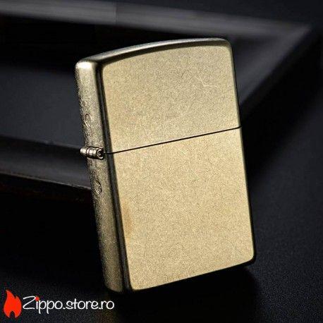 "Zippo Gold Dust este o bricheta zippo clasica, simpla si eleganta, dar care iese in evidenta fata de celelalte brichete zippo prin finisajul auriu, presarat cu ""praf de stele""."