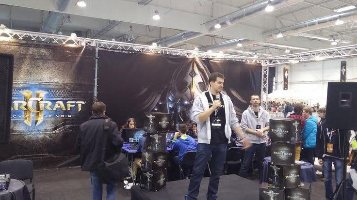 Tybek na stoisku Blizzarda prowadzi interakcje z fanami