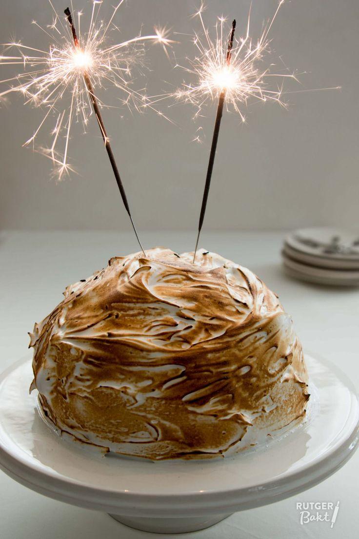 Een Omelet Sibérienne, ook wel baked Alaska genoemd, is een dessert van ijs dat omhult is met een cake en eenlaag zachte Italiaanse meringue.Superlekker en eenheel mooi showstuk als dessert. Een variant van dit dessert is de omelet Vesuvius. Deze wordt voor het serveren geflambeerd met sterke drank. Vaak wordt er eenlege eischaal in de meringue geplaatst waar de alcohol dan in kan worden gegoten. In mijn recept gebruik ik vanille-ijs, maar je kan het natuurlijk met alle soorten ijs doen…