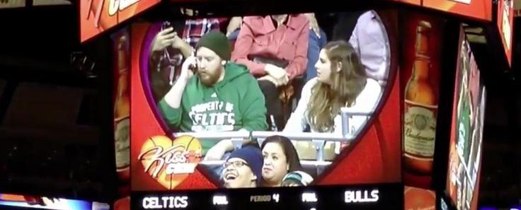 Lo graba la cámara del estadio, discute con su novia delante de todo el mundo y un toro se la arrebata. Todo en menos de un minuto - http://dominiomundial.com/lo-graba-la-camara-del-estadio-discute-con-su-novia-delante-de-todo-el-mundo-y-un-toro-se-la-arrebata-todo-en-menos-de-un-minuto/