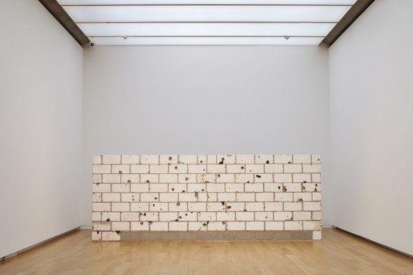 Teresa Margolles, Muro Baleado (Culiacán), 2009, 115 bloques de concreto con agujeros de bala, 213 x 396 x 15.2 cm. Colección Museo Tamayo, INBA/CONACULTA. Foto: cortesíaMuseo de Arte Moderno de Fort Worth