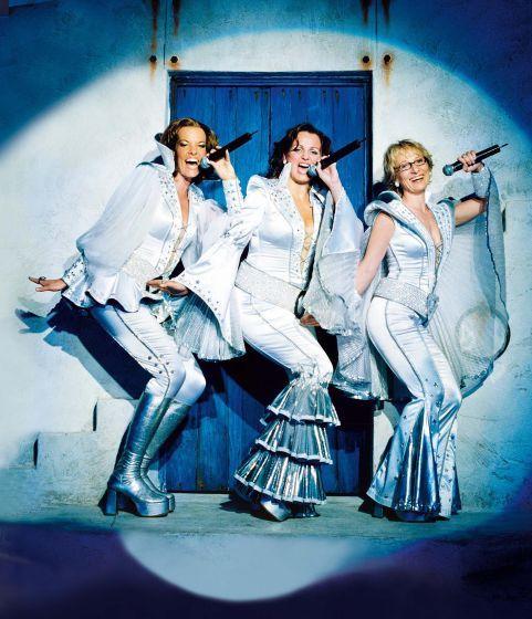 """Bühne frei für Musicals: Im Oktober feiert das Musical """"War Horse"""" Deutschlandpremiere – auch """"Tarzan"""", """"Sister Act"""" und das """"Phantom der Oper"""" locken. """"Mamma Mia"""" (Bild) bleibt bis auf Weiteres in Stuttgart. Mehr dazu auf: http://www.nachrichten.at/reisen/Buehne-frei-fuer-Musicals;art119,1217908 (Bild: Stage Entertainment)"""