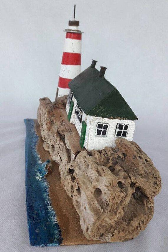 Uno di una gentile piccola casa bianca su una scogliera vicino a una miniatura di Faro. Completamente realizzato a mano da legni riciclati. la casa ha verde unghie camini e tetti di legno. sabbia di mare reale e dipinta di mare e rocce.  + Mano dipinto con colori acrilici + Riciclato legno alla deriva, stagno, viti e chiodi, sabbia di mare, pesca galleggianti, bottoni, tessuto. + Misure: 18 x 10 x 6/ 46x25.5x15 cm circa + Free worldwide shipping + Securly pranzo con bolla avvolgere per g...