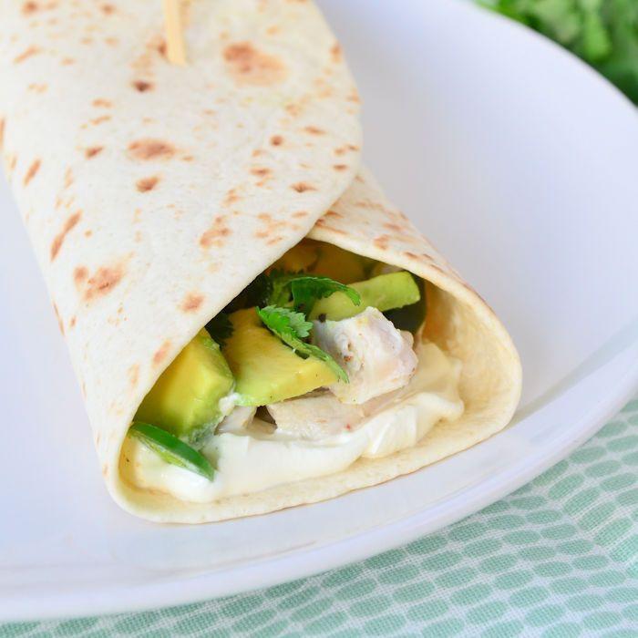 Deze tortilla's met limoen kip en avocado zijn heerlijke zomers. Ideaal voor de warme zomeravonden dus, maar ook prima om de zomer in je bol te krijgen.