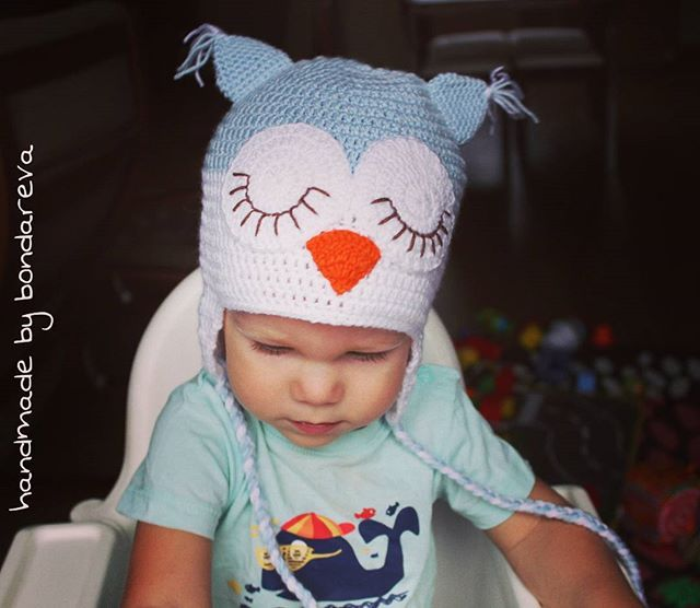 WEBSTA @bondareva.hm Лапулик, мой сын, а по совместительству модель, демонстрирует шапку спящая сова, под заказ)). А я ничего нового не довязала, но есть причина- травма, растяжение сустава на большом пальце попрошу(!) правой руки!😖😖 и тут я поняла,  как я завишу именно от этого пальца...