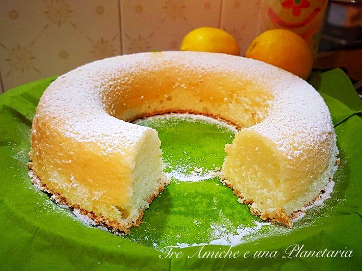 La Torta di albumi e limone è una sofficissima e leggera torta da merenda. È perfetta per il riciclo degli albumi così non si sprecano.
