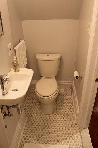 Kleine Gästetoilette – beachten Sie die halbe Gr….