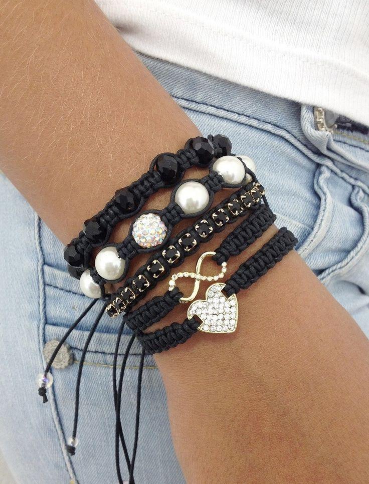 Kit de pulseiras shambalas, confeccionadas com cordão encerado na cor preto, composto de 5 pulseiras, sendo:  - 1 pulseira com entremeio de coração dourado com strass  - 1 pulseira com símbolo do infinito  - 1 pulseira de corrente de strass jet  - 1 pulseira de pérolas contendo 1 bola de strass  ...