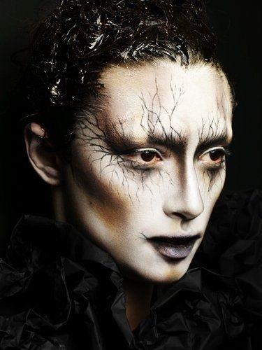 Make up da strega con vene in evidenza - Make up di Halloween da strega spaventosa con tanto di vene evidenti su tutto il viso.