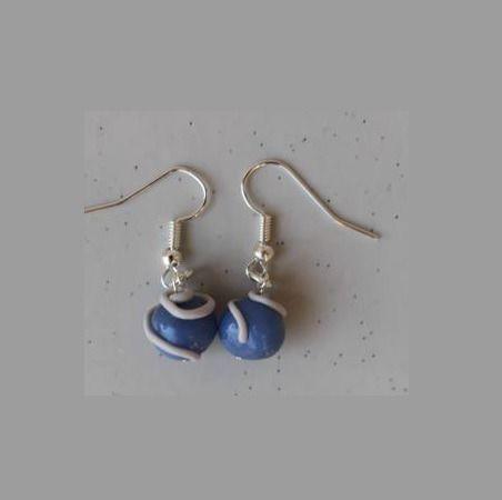 Boucles d'oreille perle bleu ciel et blanc : Boucles d'oreille par ludifimo