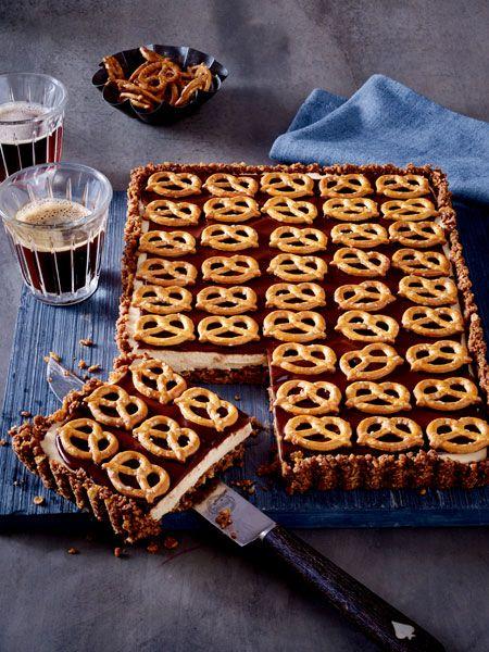 Süß trifft salzig: Die leckere Tarte mit knusprigem Cornflakesboden, lockerer Frischkäsecreme und Schokolade wird getoppt mit Salzbrezeln. Ganz ohne Backen!