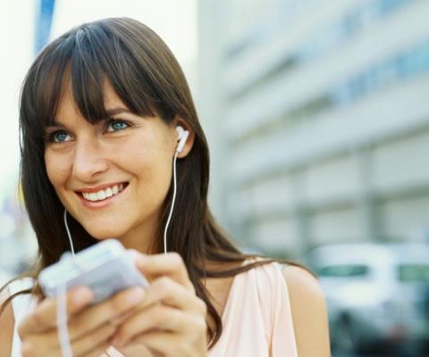 ¿CÓMO SE LLAMA ESTA CANCIÓN? ¿Te ha pasado que escuchas una canción que te gusta, quieres saber quién es el artista que la canta y te frustras porque no lo logras averiguar por mucho que preguntes?. Ese es un momento del pasado, ya que con una aplicación llamada Shazam, sólo tienes que poner tu celular cerca del parlante y te dirá en cosa de segundos, cómo se llama la canción y quién la canta. http://www.mujerparis.cl/2012/11/como-se-llama-esta-cancion/